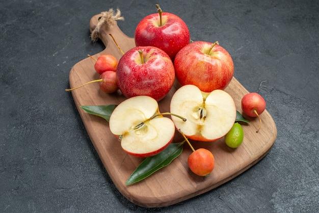りんご食欲をそそるりんごのまな板柑橘系の果物さくらんぼ