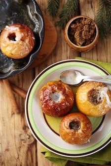 계피와 사탕 수수 설탕을 곁들인 사과 겨울 디저트