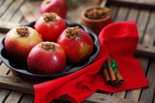 계피와 사탕 수수를 곁들인 사과
