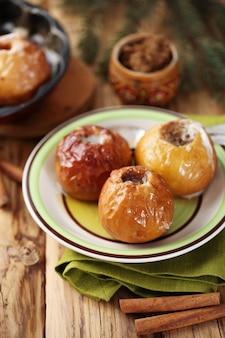 계피와 사탕 수수 설탕이 든 사과