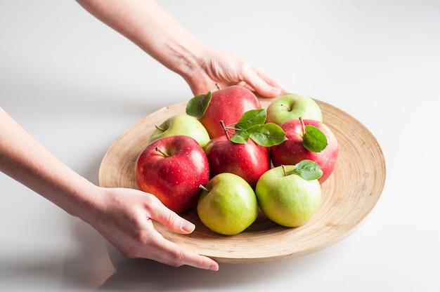 りんご。人生と。女性の手