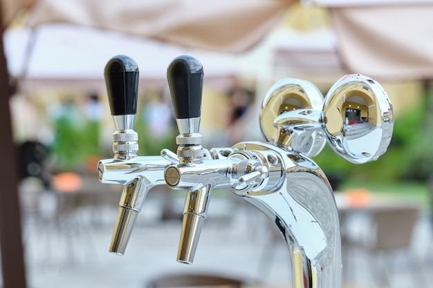 Бытовая техника для разливного пива в ресторане на улице крупным планом