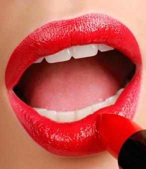 빨간 립스틱 바르기