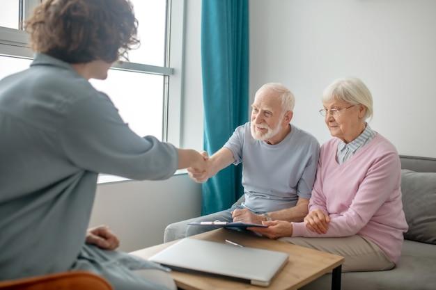 任命。保険会社の代理店に会い、関与している老夫婦