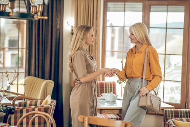 任命。カフェで会って元気そうな2人の女性