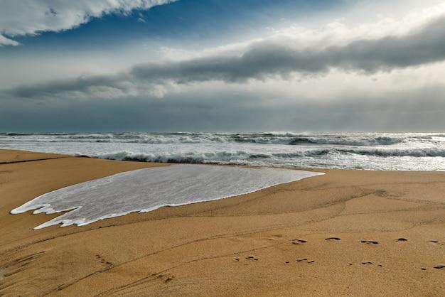 Приближение штормовых волн и ветра на пляже