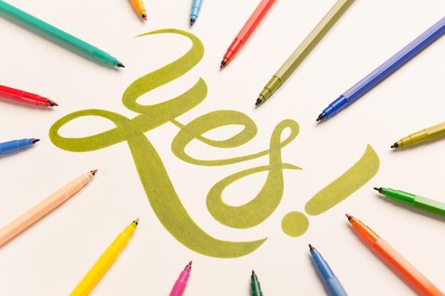 Frase motivazionale di approvazione scritta a mano tra pennarelli colorati