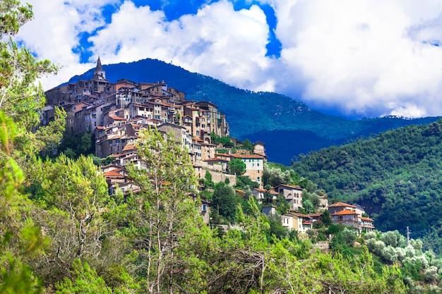 Априкале, красивая средневековая деревня на вершине холма. лигурия, италия