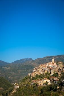 Apricale, italy - 2020년 8월경:푸른 하늘과 카피스페이스가 있는 이탈리아 리구리아 지역에 위치한 돌로 만든 전통적인 오래된 마을
