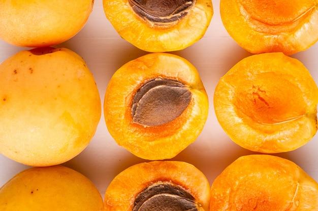 흰 벽에 슬라이스 살구 과일