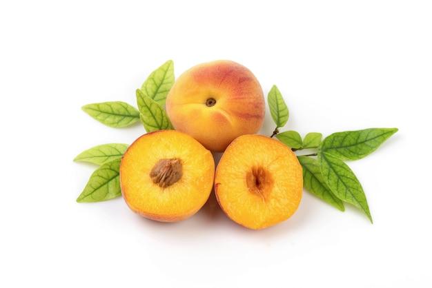 白で分離されたアプリコットまたはprunusarmeniacaの果実。