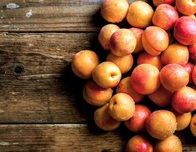 アプリコット。木製のテーブルの葉と有機フルーツ