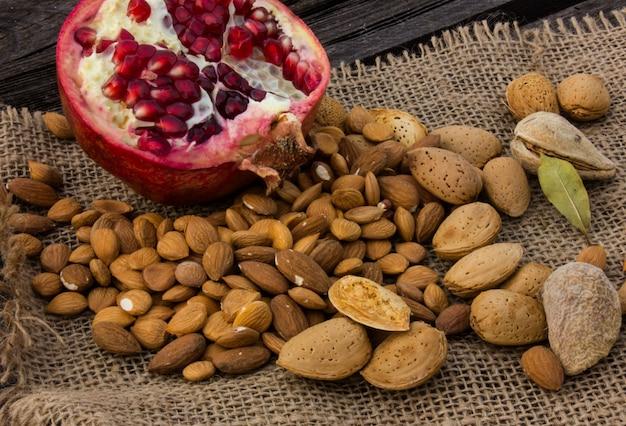 Абрикосовое семя. свежие, цельные и разбитые семена. красивая текстура