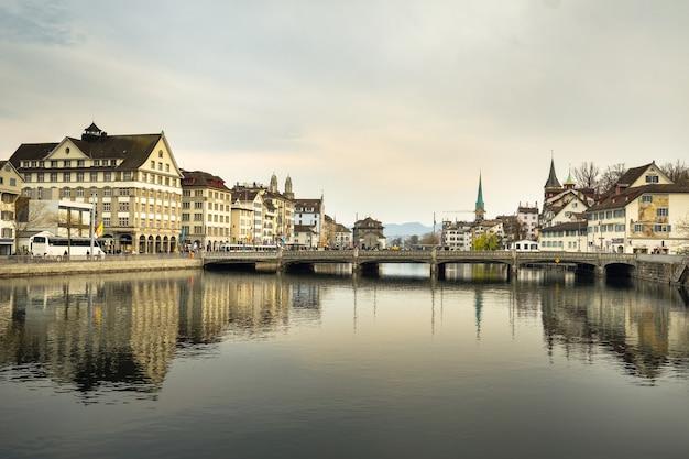 2019年4月2日。チューリッヒ。スイス。チューリッヒの市内中心部にあるリマト川と橋のある堤防。