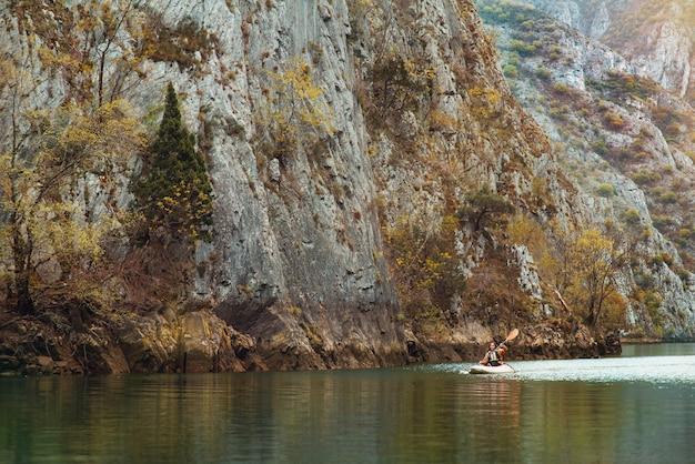 2021년 4월 26일, 카약으로 강을 따라 관광객의 오른쪽에 북 마케도니아, matka canyon