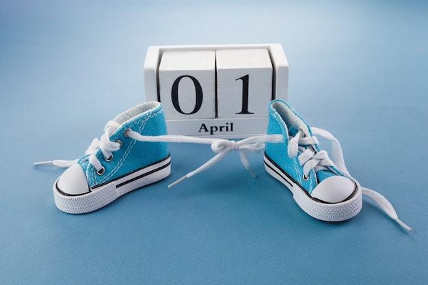 День дурака. сюрприз-символ. шнурки связаны вместе на синем деревянном фоне. день дурака.