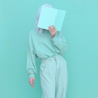 アクアメンテファッショントレンド。カジュアルルックの女の子のミニマルな美学。モノクロカラーデザイン