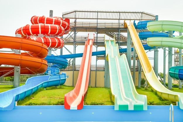 큰 슬라이드와 파이프가 있는 아쿠아 파크 건설