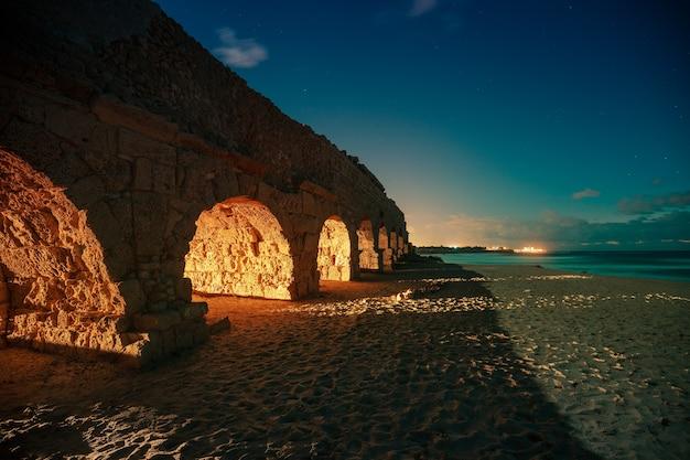 밤에 고대 도시 가이사랴의 수로
