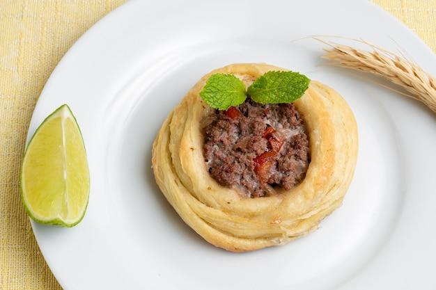 アラブアラビア語アラビア語アラビア料理の背景焼き牛肉のクローズアップ