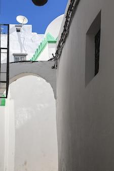 古いメディナのアラブ建築。通り、ドア、窓、詳細。タンジール、モロッコ
