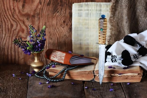 アラブの本の花とナイフ