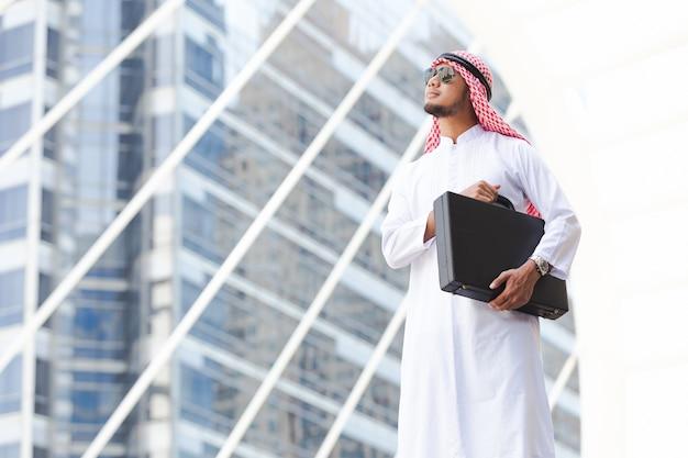 都市のアラブビジネスホールディングバッグ