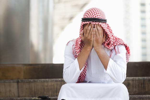 アラブのビジネスマンが失敗し、都市で深刻な