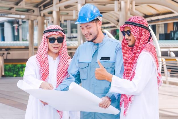 건설 현장에서 아랍 사업가 엔지니어 모임 프로젝트