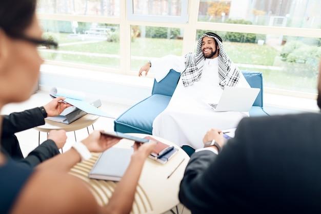 アラブのビジネスマンは、ビジネス上の取引について議論しています。