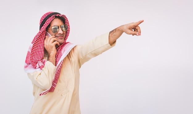 アラブのビジネスマンが携帯電話を使用して