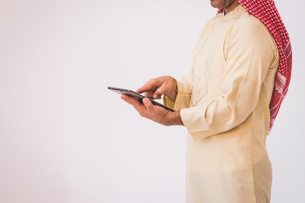 Арабский бизнесмен, используя на мобильном телефоне