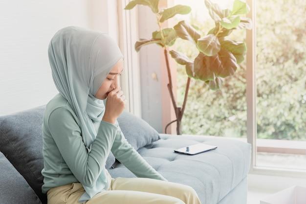 아랍 이슬람 여성들은 독감과 바이러스에 감염된 기침으로 인해 건강 문제를 표현합니다.