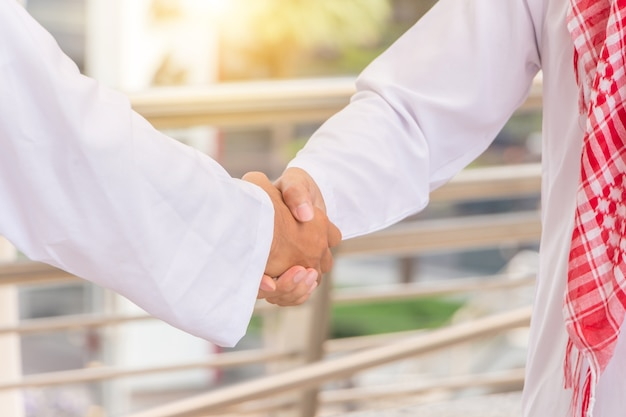 アラブ、中東、ビジネスマン、握手、オフィス