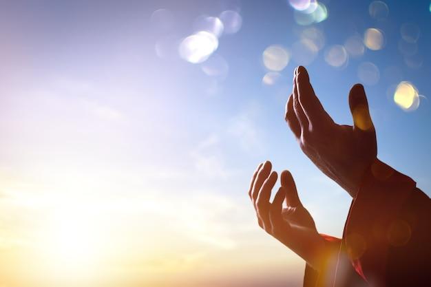 아랍 이슬람 남자 손 일출 빛 아래 기도