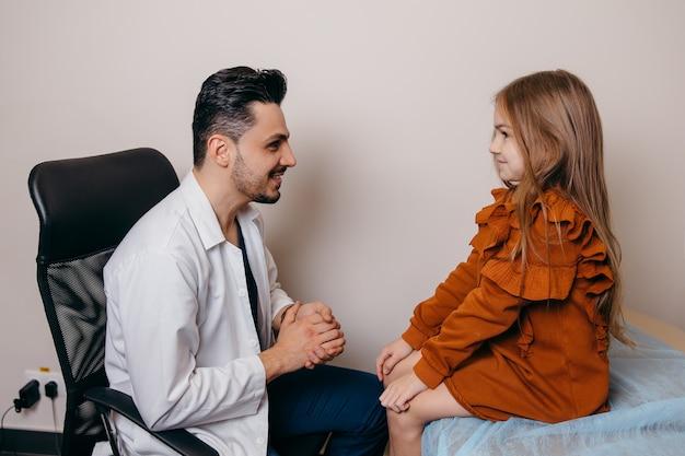 Арабский или турецкий педиатр осматривает маленькую девочку
