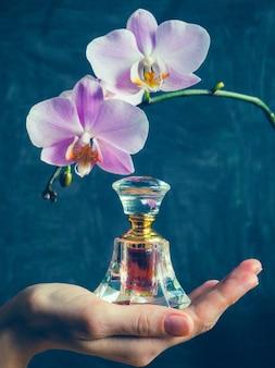ガラス瓶に入ったアラブの香水。アッターウードオイル。