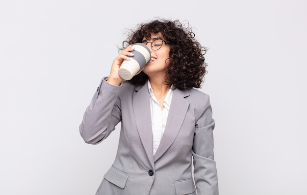 테이크 아웃 커피와 아랍 예쁜 여자입니다.