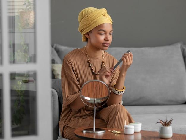 Chiodi di limatura donna araba. trattamento di bellezza