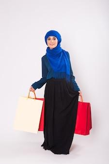 Арабские женщины с сумкой для покупок в студии