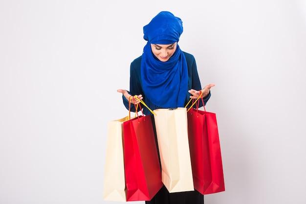 スタジオで買い物袋を持つアラブの女性