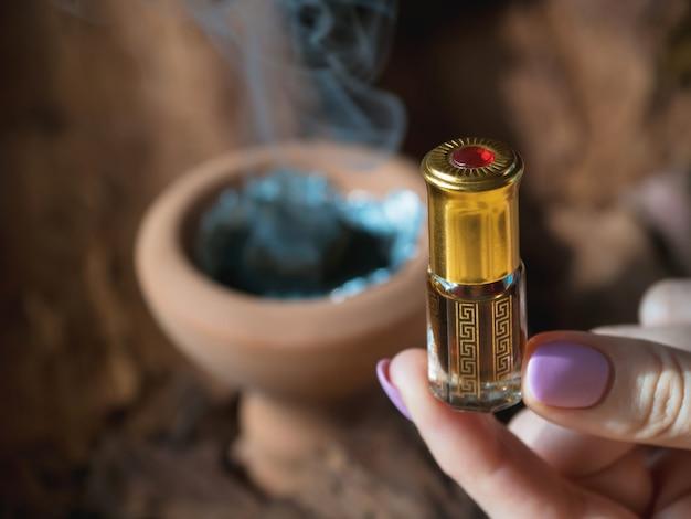 アラビアのアター香水または沈香油の香り。