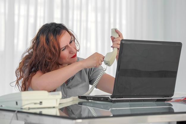 Арабская бизнесвумен получает шокирующий плохой звонок