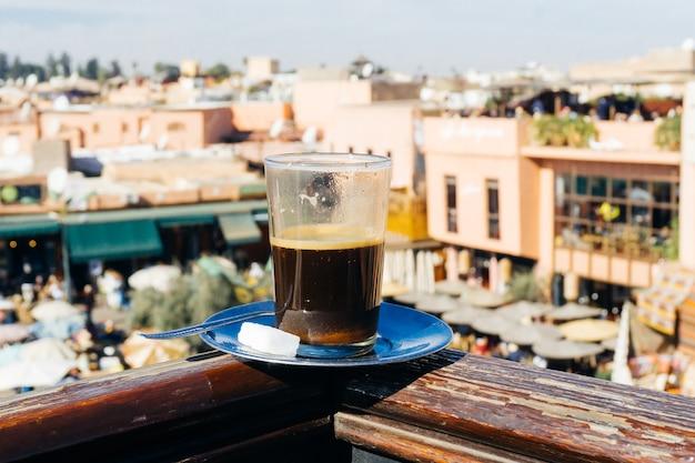 オリエンタルマーケットのマラケシュメディナでスパイスを使ったアラビアンコーヒー