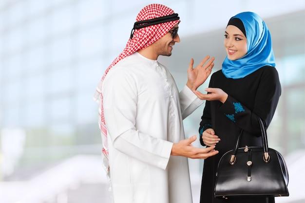 야외에서 즐거운 시간을 보내는 아라비아 커플