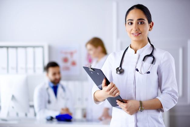 Арабский доктор стоит перед своей командой в больнице