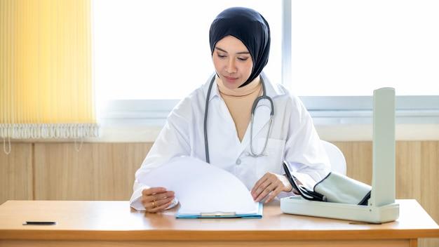 Арабская женщина-врач