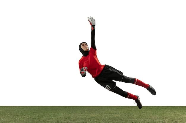 アラビアの女性サッカーまたはサッカー選手、白いスタジオの背景にゴールキーパー。