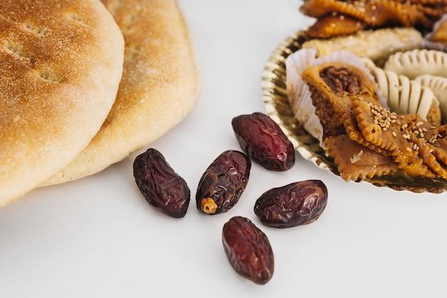 阿拉伯的斋月食物组合,有面包和枣