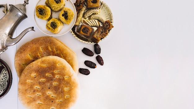 阿拉伯的斋月食物组合,包括面包和糕点
